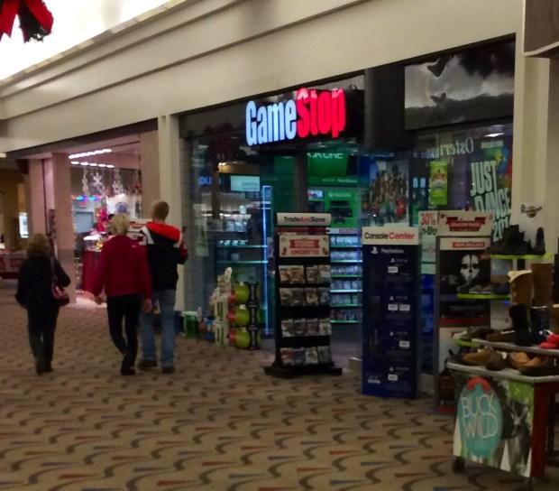 Shoppare rapporterar att GameStop-butiker har Xbox One i lager i begränsade mängder.