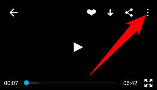 Knacka på de tre punkterna i det övre högra hörnet av en video i Vimeo-appen.